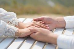 Fornala mienia panny młodej ` s ręki zdjęcia royalty free