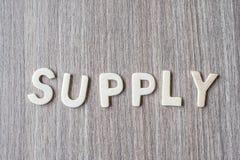 FORNEÇA a palavra de letras de madeira do alfabeto Negócio e ideia foto de stock