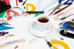 Fornece o café ao redor Secretário Desk Imagem de Stock Royalty Free