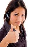 Fornecedor de serviço fêmea novo com polegares acima Imagens de Stock