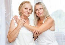 Fornendo cura per gli anziani Immagini Stock