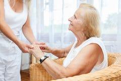 Fornendo cura per gli anziani Immagine Stock
