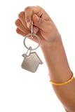 Fornendo la chiave della casa con una catena chiave alloggi la forma Fotografia Stock Libera da Diritti