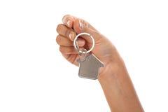 Fornendo la chiave della casa con una catena chiave alloggi la forma Fotografie Stock Libere da Diritti
