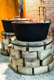 Forni del mattone con i vecchi vasi nella cucina Fotografia Stock Libera da Diritti