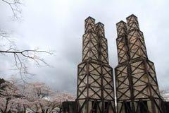 Forni a riverbero di Nirayama e fiori di ciliegia fotografia stock libera da diritti