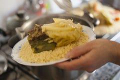 Fornire tradizionale marocchino del piatto del cuscus fotografia stock libera da diritti