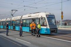 Fornisca un servizio al tecnico che lavora con un tram Immagine Stock