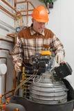 Fornisca un servizio all'uomo che lavora alla fornace Immagine Stock Libera da Diritti