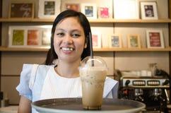Fornisca un servizio alla donna con un sorriso Immagini Stock Libere da Diritti