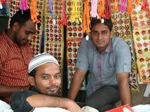 Fornitori indiani che vendono i rakhees durante il festiv indù Fotografia Stock