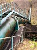 Fornitura di trasporto della tubatura dell'acqua alla centrale elettrica Energia verde Immagini Stock