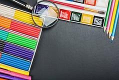 Forniture di scuola allo schoolboard Fotografia Stock Libera da Diritti