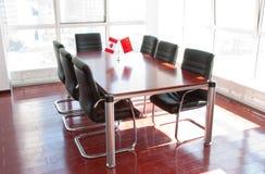 Forniture di ufficio nella sala per conferenze Immagini Stock Libere da Diritti