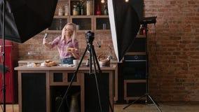Forno casalingo che cucina il selfie delle pasticcerie della donna del blog immagini stock libere da diritti
