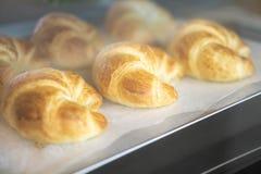 Forno casalingo del croissant del primo piano nel forno con luce calda, s immagini stock