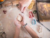 Forno di Natale: Bambina che forma la pasta del biscotto fotografie stock libere da diritti