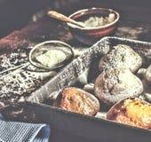 Forno fresco I bigné, muffin, panettieri mettono le mani sulle pasticcerie panettiere fotografie stock libere da diritti