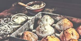 Forno fresco I bigné, muffin, panettieri mettono le mani sulle pasticcerie panettiere immagini stock