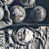 Forno fresco I bigné, muffin, panettieri mettono le mani sulle pasticcerie panettiere immagini stock libere da diritti