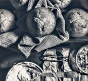 Forno fresco I bigné, muffin, panettieri mettono le mani sulle pasticcerie panettiere immagine stock libera da diritti