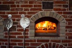 Forno italiano tradicional da pizza, madeira ardente e chamas no firep Foto de Stock