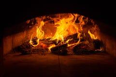 Forno italiano tradicional da pizza, madeira ardente e chamas no firep Fotografia de Stock