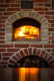 Forno italiano tradicional da pizza, madeira ardente e chamas no firep Fotos de Stock