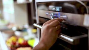 Forno moderno di programmazione per la cottura dell'alimento, temperatura dei comandi manuali il forno degli apparecchi nella cuc stock footage