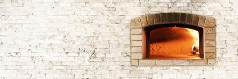 Forno tradizionale del fuoco per pizza fotografie stock libere da diritti