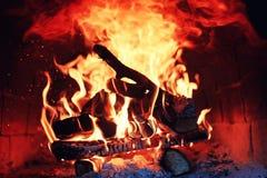 Forno velho com fogo da chama fotografia de stock royalty free