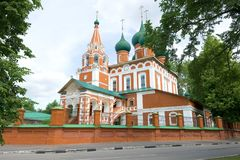 Forntida ärkeängelMichael Church slut upp i den molniga Juli eftermiddagen Yaroslavl guld- cirkel av Ryssland Arkivbilder