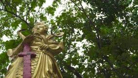 Forntida östlig krigare för guld- staty Övre skulptursamurajer för slut med svärdet Monument av asiatisk kultur stock video