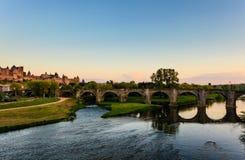 Forntida överbrygga spänner över den breda floden i Carcassonne Royaltyfri Foto