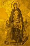 Forntida absidmosaik av Theotokosen (den jungfruliga modern och barnet) I Arkivfoton