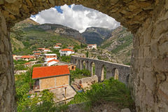 Forntida akvedukt i den Stari stången. Montenegro Royaltyfria Bilder