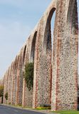 forntida akvedukt på huvudsaklig aveny av Queretaro, Mexico arkivfoto