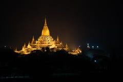 Forntida Ananda Pagoda för soluppgång med lightup, Bagan royaltyfria foton