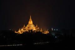 Forntida Ananda Pagoda för soluppgång med lightup, Bagan royaltyfria bilder