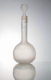 Forntida antik flaska på upplyst vit bakgrund Arkivfoton