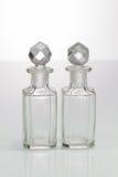 Forntida antika tappningflaskor på den vita bakgrunden Arkivfoto