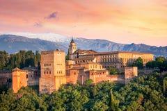 Forntida arabisk fästning Alhambra på den härliga aftontiden Fotografering för Bildbyråer
