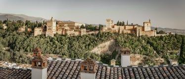 Forntida arabisk fästning av Alhambra på solnedgången granada spain Royaltyfria Bilder