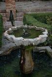 Forntida arabisk springbrunn i en borggård arkivbilder