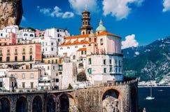 Forntida arkitektur av den Atrani byn Amalfi kust Royaltyfri Fotografi