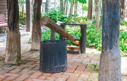 Forntida asiatisk nordlig thailändsk mortel och mortelstöt för plugghästris in förbi Royaltyfria Foton