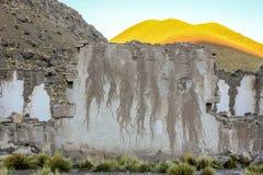 Forntida by av San Antonio de Lipez, död by, gammal vägg och rött berg, Bolivia Royaltyfria Foton