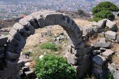 Forntida båge på den Pergamon eller Pergamum gammalgrekiskastaden i Aeolis, nu nära Bergama, Turkiet Royaltyfria Foton