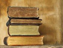Forntida böcker på träbakgrund Royaltyfria Foton