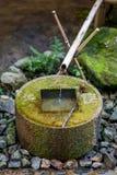 Forntida bambu- och stenspringbrunn Arkivfoton
